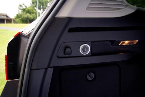 Elektrisk innfellbart tilhengerfeste betjenes med en knapp i bagasjerommet på bilen