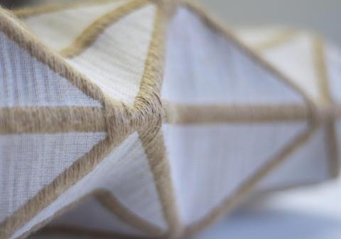 Kan textil vara hårt? Examensutställning töjer på gränserna