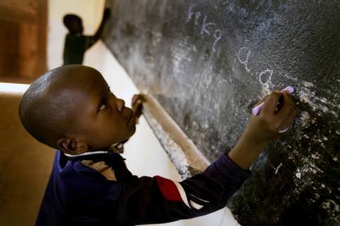 Att lära sig läsa och skriva – en väg ut ur fattigdom för Neema och Baby