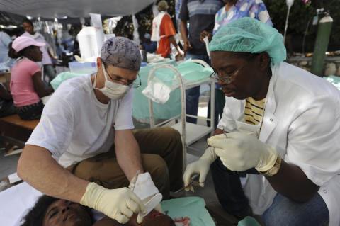 1: Läkare Utan Gränser behandlar skadade i jordbävningen på Haiti.