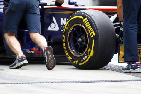 Pirellis nya Formel 1-däck för 2012 testade för första gången i Abu Dhabi