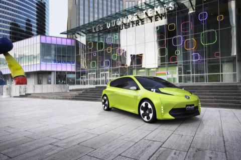 Paris-salongen 2010: Toyota visar koncepthybrid i lilla kompaktklassen. Världspremiär för kompakt MPV