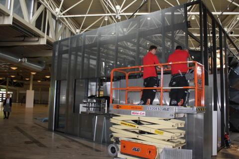 Här monteras den galvade fasadplåten