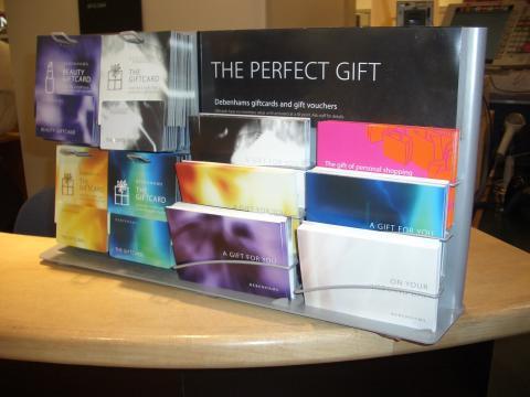 Det elektroniska presentkortet är en helt ny produkt och bör exponeras. Presentkortet har inte något värde förrän det laddas i kassan och kan/bör därför säljas öppet i butiken.