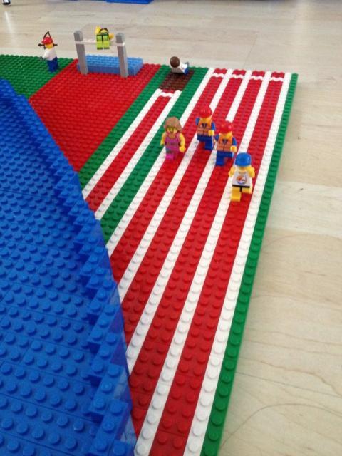 Stefan Holm bygger ASICS lego