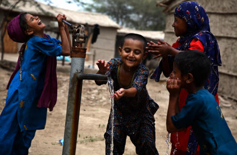 Pakistan ett år efter katastrofen: Flickor tvättar sig