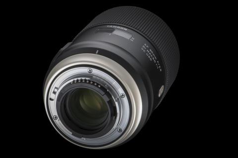 Tamron SP 90mm F/2.8 Macro Di VC USD, skrå bakfra med svart bakgrunn