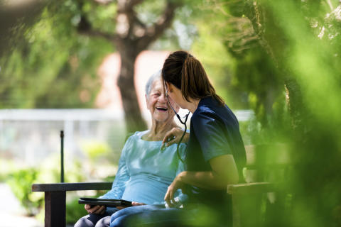 Med en certifierad äldrevård skulle vårdkvaliteten öka samtidigt som vi sparar resurser.