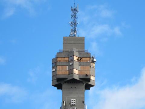 Klätterservice reparerar betongskador på Kaknästornet
