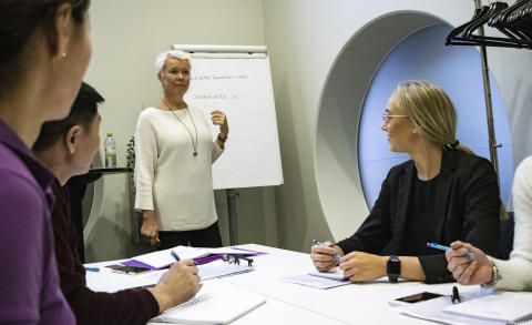 Quality Hotel Friends satsar på sin personal – erbjuder svenskundervisning på arbetsplatsen
