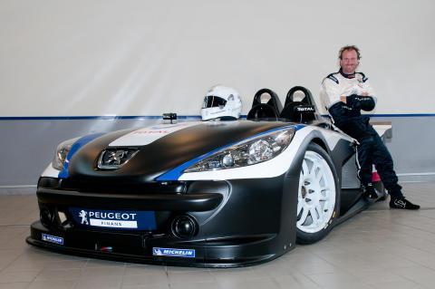 Lasse Spang Olsen vil tæmme løven - sidder bag rattet af Peugeot Spider til årets Grand Prix på Jyllands Ringen
