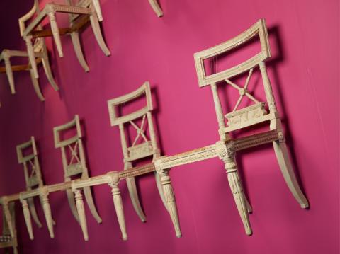 Stolar, 12 stycken, med skuren dekor, i Ephraim Ståhls art hos Galerie Donner.