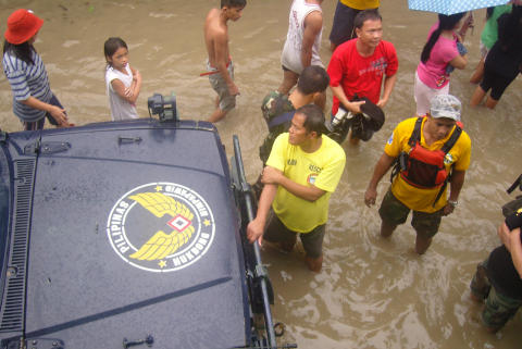 240,000 children forced from home as floods sweep Manila, Save the Children responds