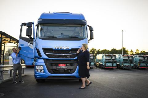 Statsminister Erna Solberg ankom standsmessig i en Iveco Stralis NP
