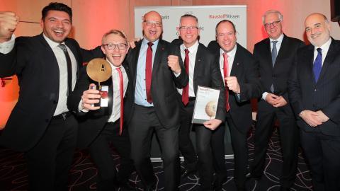 Stolze Sieger: Das ACO-Team freuet sich über den Gewinnern des 19. Baustoffmarkt-Oskar.