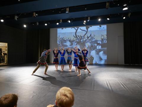 Elever från Kiruna dansar vid invigningen av Dans i skolan-biennalen 2016_foto av Hans-Olof Utsi