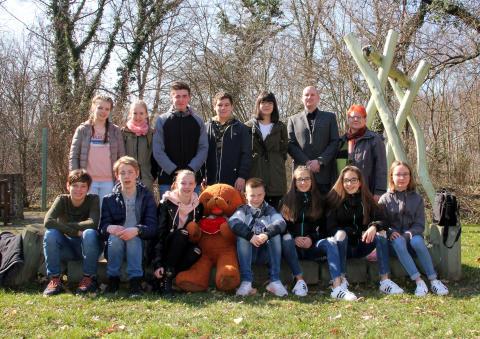 Herder Gymnasium Schneeberg unterstützt Bärenherz: Schüler übergeben Spende im Kinderhospiz
