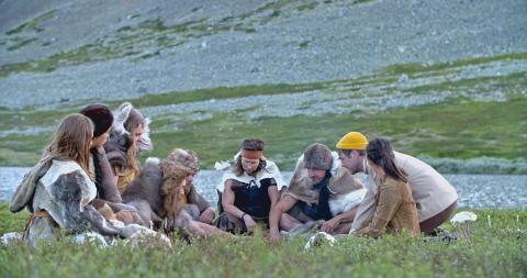 Arkeologens dotter_ep3_med jägarfolk
