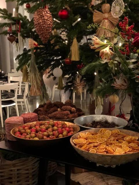 Våra kunder samlades runt vår gran och julpysslade tillsammans med Floristkompaniet