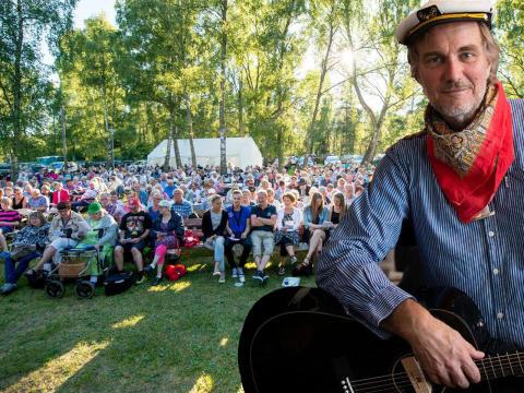 Allsång med Harald Treutiger