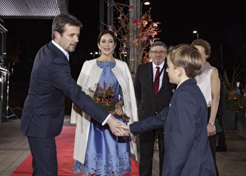 Kronprinsparret ankommer til Jysk Musikteater I Silkeborg. Her blev de modtaget af DRs kulturdirektør Tine Smedegaard og Bikubenfondens direktør Søren Kaare-Andersen. Villads Bøgelund (9 år) var blomsterdreng.