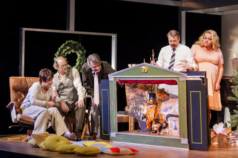 """""""Någon sa att julen är det största krispartyt"""" – premiär för Alan Ayckbourns komedi En fröjdefull jul"""
