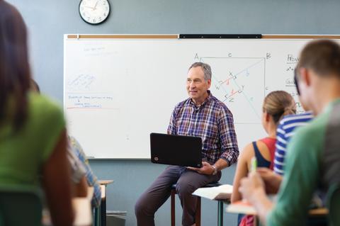 Lærer ved tavle i studiesituasjon med HP Pavilion