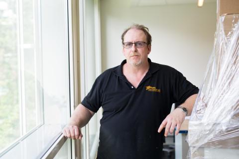 Bjørn Ola Bakke pakker ut pianostemmerverkstedet