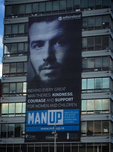 Man Up kampanjens stora banderoll utanför Liberty Hall i Dublin