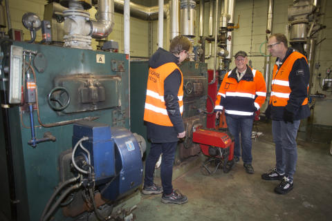 Lars-Göran Rohlén, Orica, Anders Tålsgård och Johan Lagerqvist, Pemco Energi, på besök i en av åtta panncentraler som ska ersättas