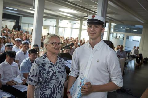 Andreas Andreasen blev årets klasserepræsentant for 3.c og fik overrakt boggaven af lektor Lisbeth Greve.