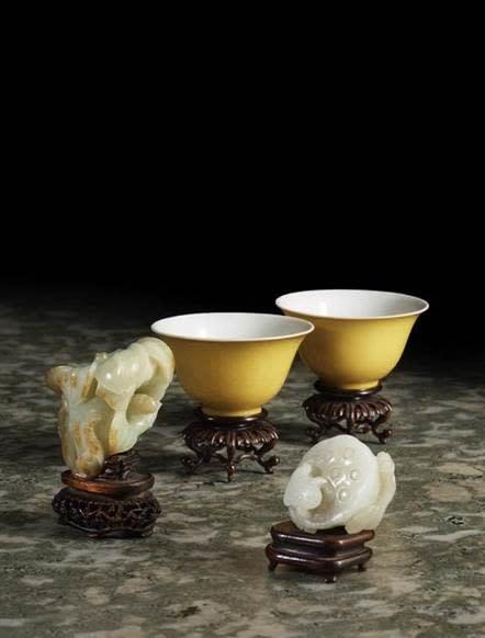 Ett par gulglaserade skålar i porslin tillverkade under Qingdynastin och kejsar Yongzhengs regeringsperiod