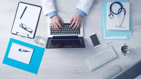 Kombination av digital och fysisk vård ska korta vårdköerna till ortoped