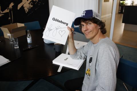 Sveriges artistelit signerar låtar i kampen mot mobbning