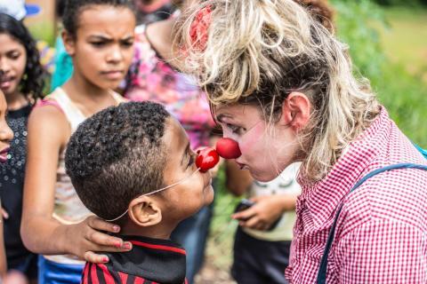 Clowner utan Gränser tar skrattat till Brasilien och miljökatastrofens drabbade