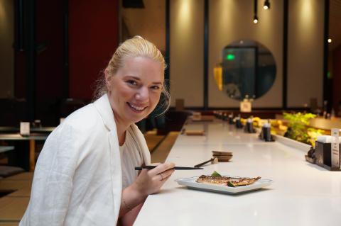 Victoria Braathen nyter norsk makrell på japansk restaurant i Kina