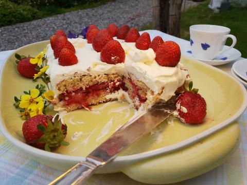 Tårtan blir saftig och god när den får stå och dra i kylen några timmar. Och den blir lagom söt utan extra socker i bären.