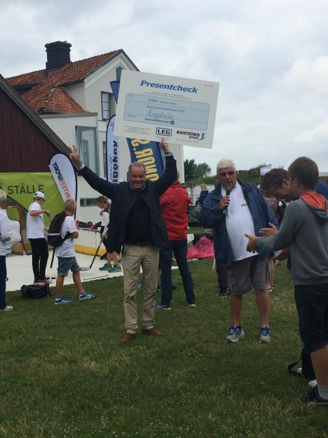 Peter Söderberg tar emot pris förÅrets gymnastikkommun i Almedalen