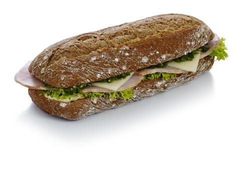 Frisksmurt sandwich med skinke og ost i grovbrød