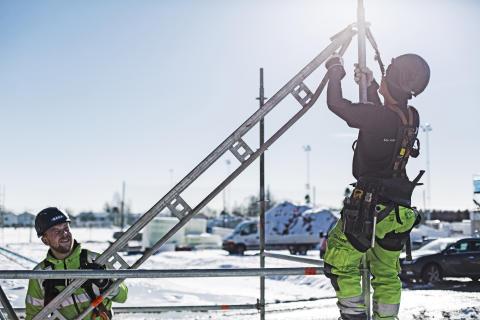 Delete bygger ställningar i Umeå