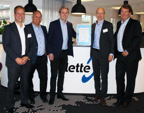Avbildet ser vi Lars Ola Petters, Petter Hansen og Håvard Gjeldokk fra Palette, sammen med Niklas Abrahamson og Jon-Marius Bru som tok imot prisen på vegne av Canon Norge.