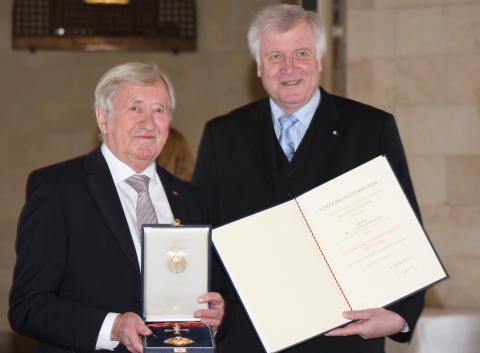 Großes Verdienstkreuz mit Stern für Staatsminister a.D. Hans Zehetmair