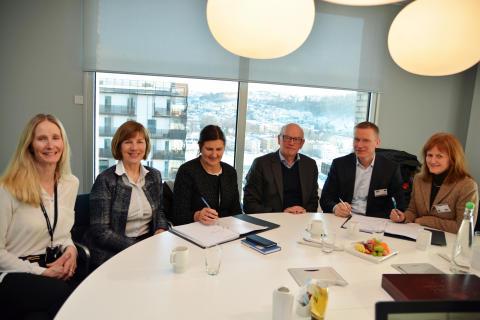 Signerte kontrakten: Maren O. Christiansen, Rigmor Hansen, Ingrid D. Hovland, Steinar Manengen, Øystein Thorup og Marianne Njåstein