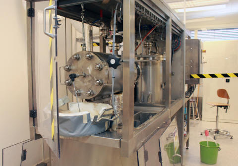 Den frystorkade manteln förbehandlas i organosolvreaktorn