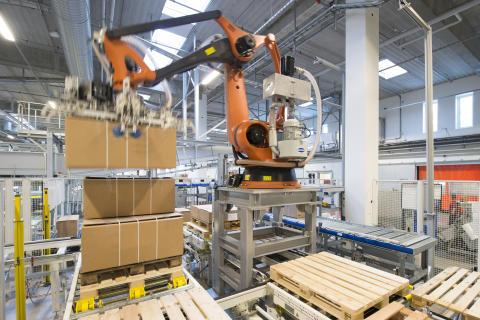 Palleteringrobotten pakker og folievikler pallerne, så de er klar til sikker distribution