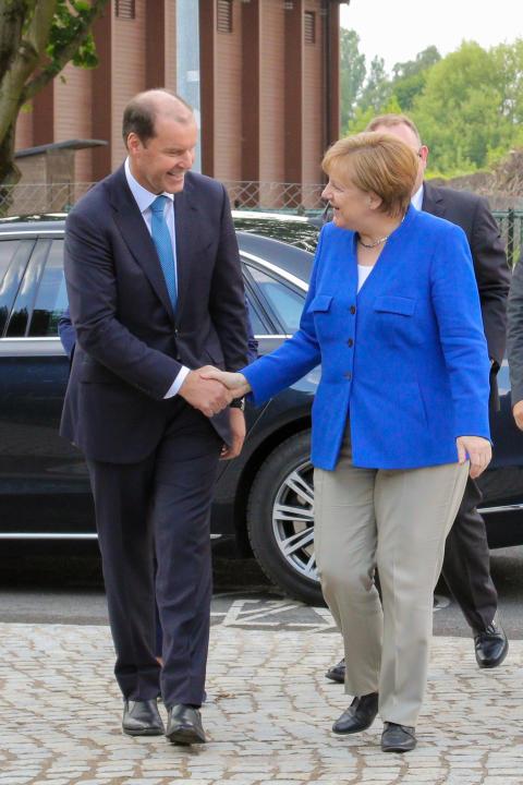 Takeda CEO Weber begrüßt Bundeskanzlerin Angela Merkel
