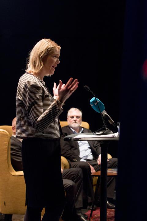 Innvandrings- og integreringsminister Sylvi Listhaug, med KIWI-gründer Tor Kirkeng i bakgrunnen.