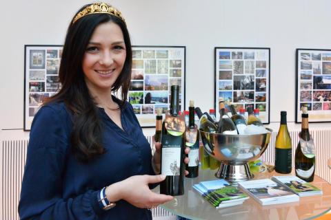 Daniela Undeutsch, die Sächsische Weinkönigin 2016 präsentiert ihren Wein