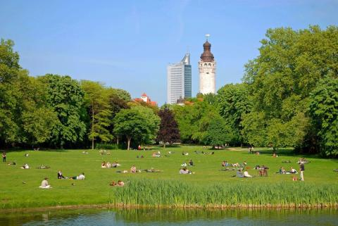 Johannapark mit Blick auf das Neue Rathaus und das City-Hochhaus
