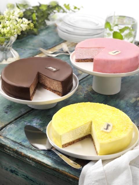 Almondy Mousse -kakut kruunaavat juhlapöydän